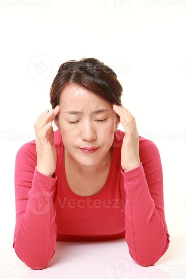 kvinna lider av huvudvärk foto