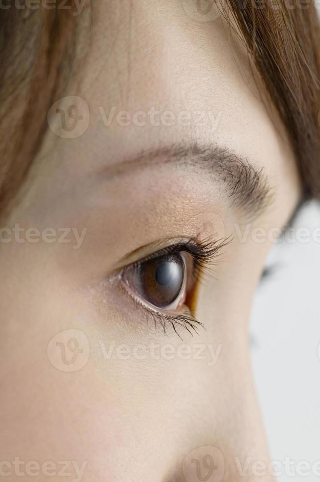 ögonen på kvinnan som tittar bort foto