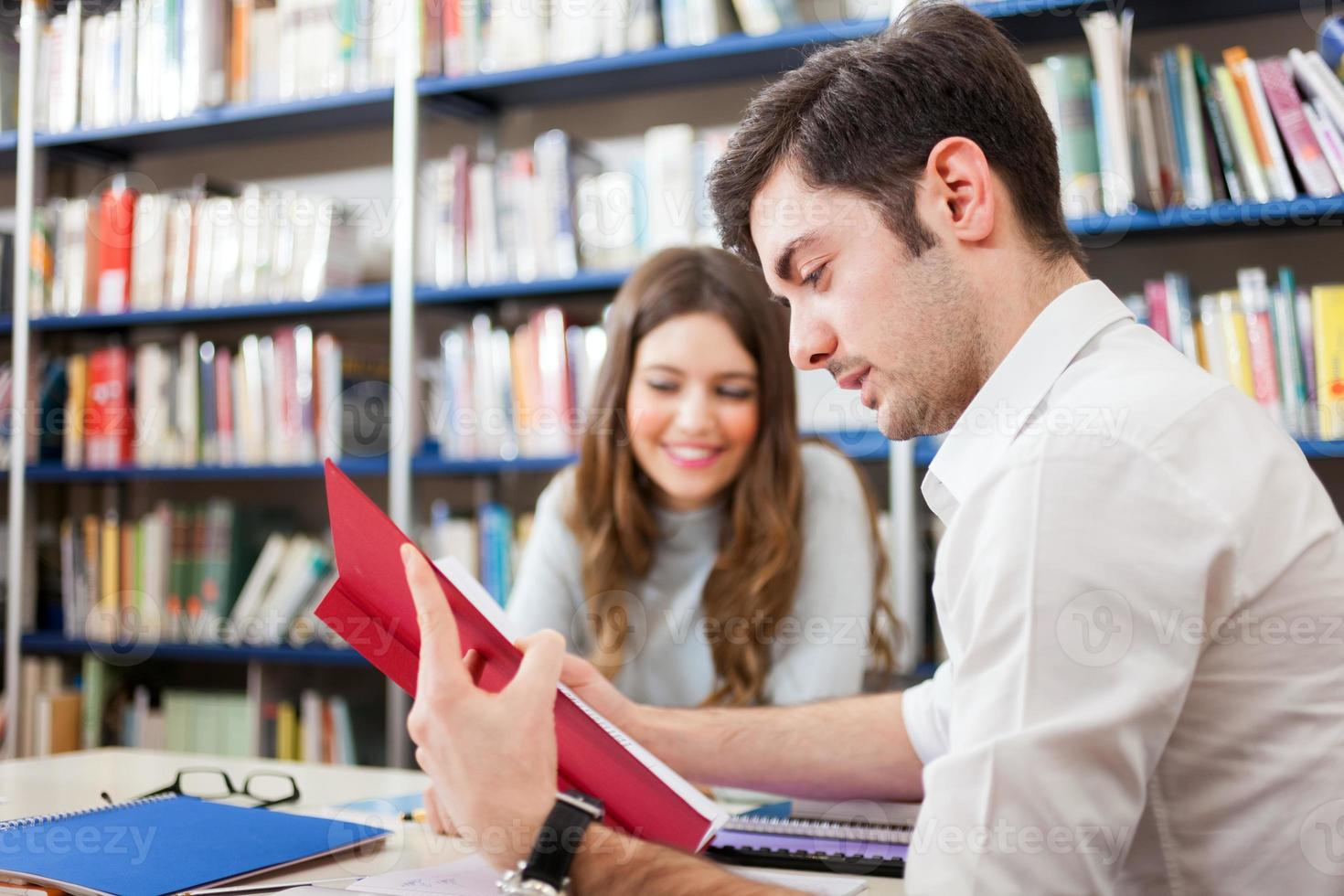 människor som studerar i ett bibliotek foto