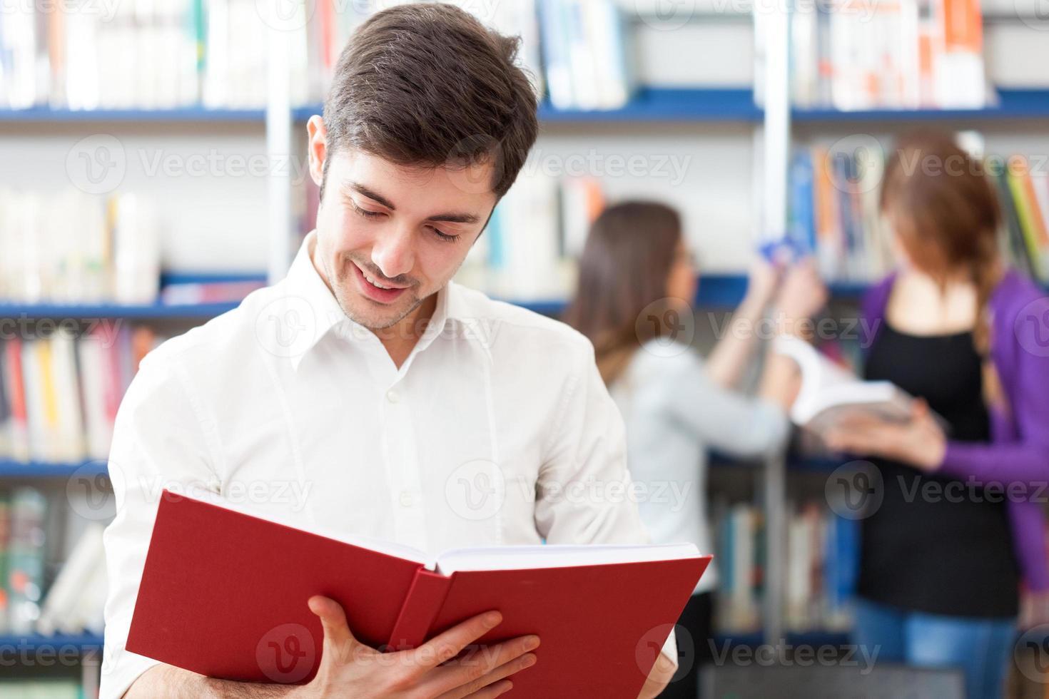 kille som läser en bok foto