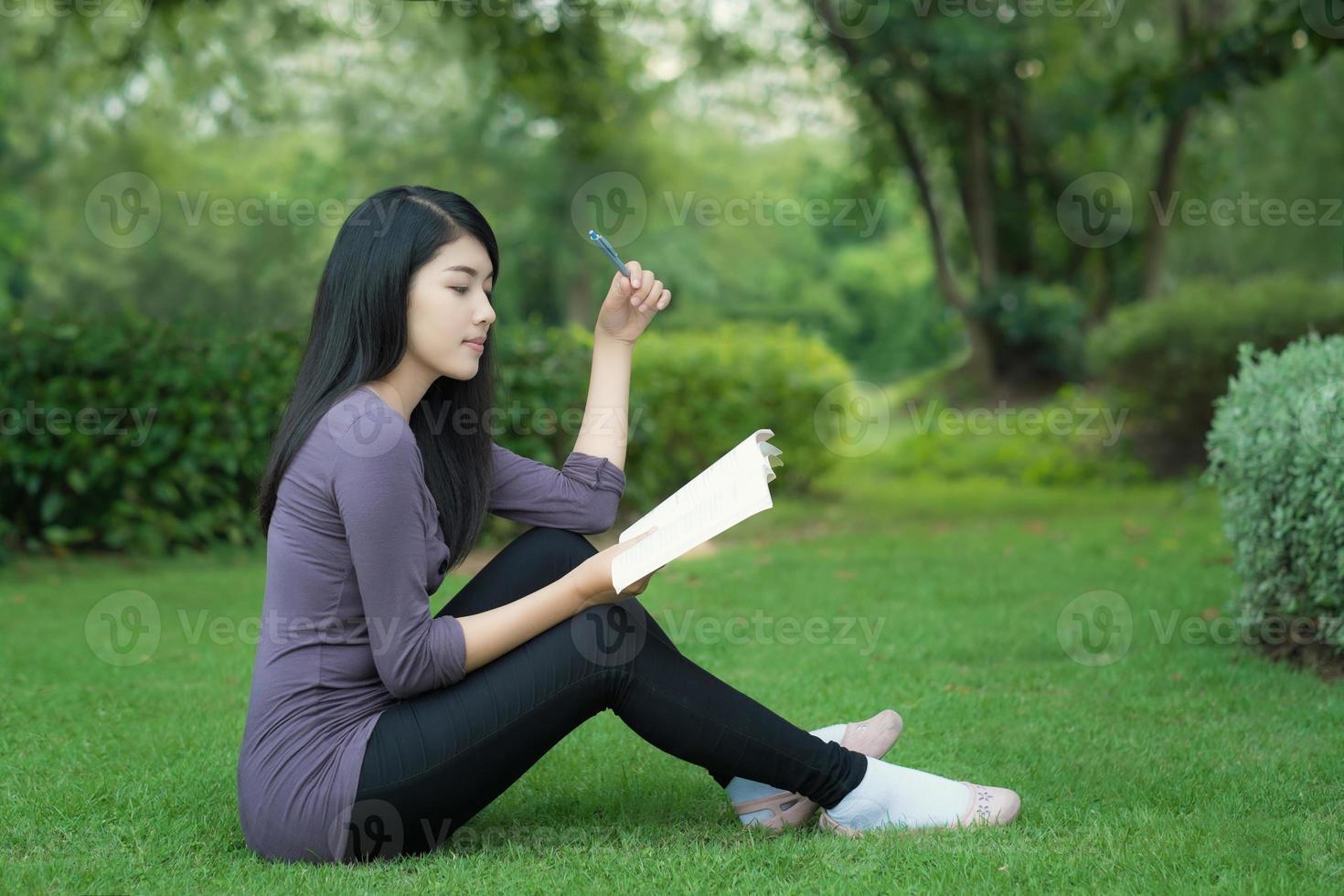 asiatisk högskolestudent på campus i park foto