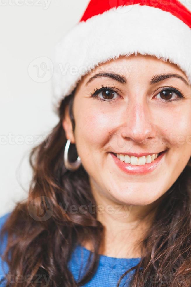 ung kvinna stående vid jul foto