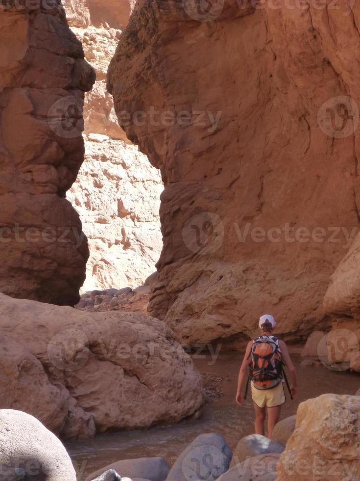kvinna vandring i öken Canyon foto