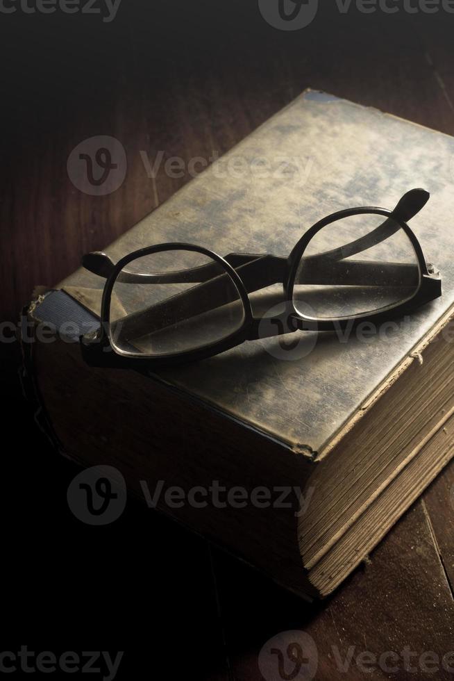 glasögon på antik bok. foto