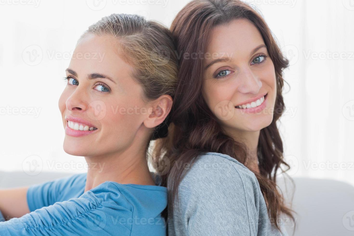 glada kvinnor som ler sig tillbaka foto