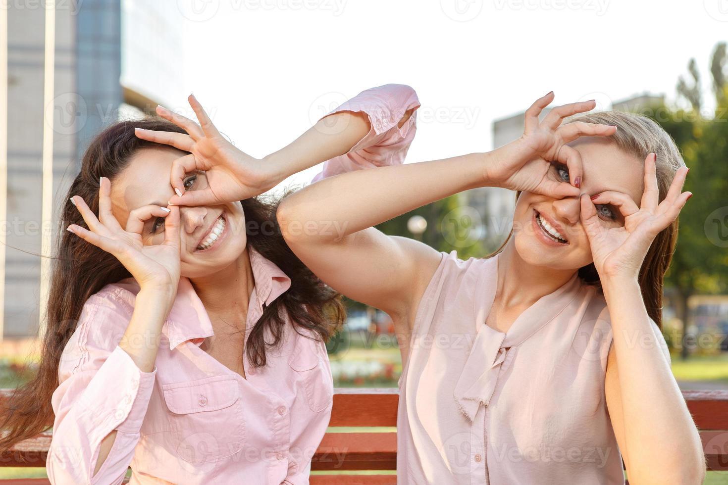 två glada tjejer som lurar runt foto