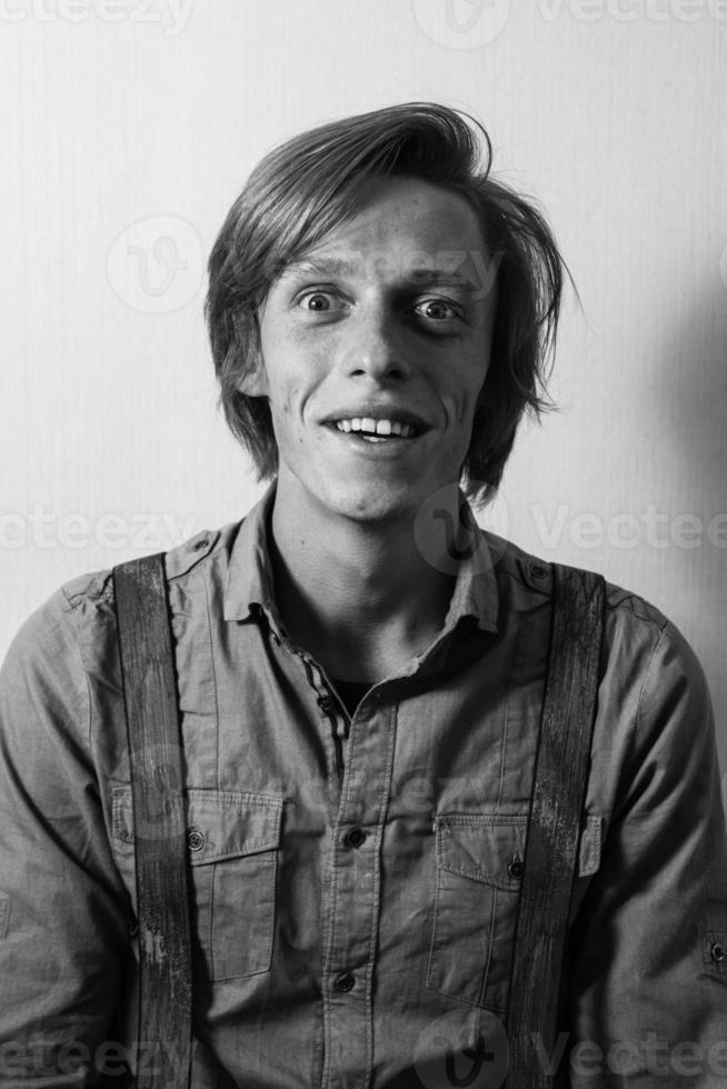 porträtt av ung vuxen man. olika känslor i ansiktet. foto