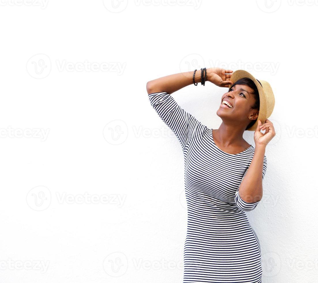 glad svart kvinna som ler med hatt foto