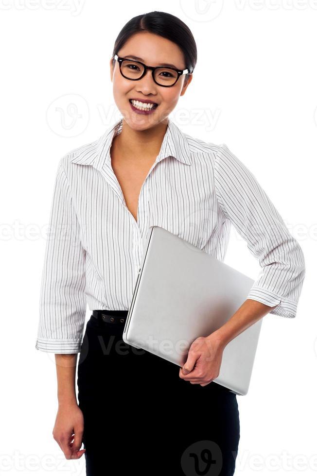 glad affärsman man poserar med laptop foto