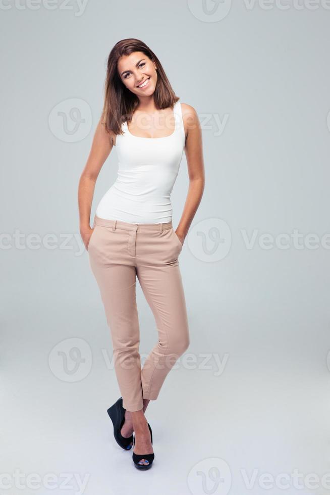 full längd porträtt av en ung glad kvinna foto