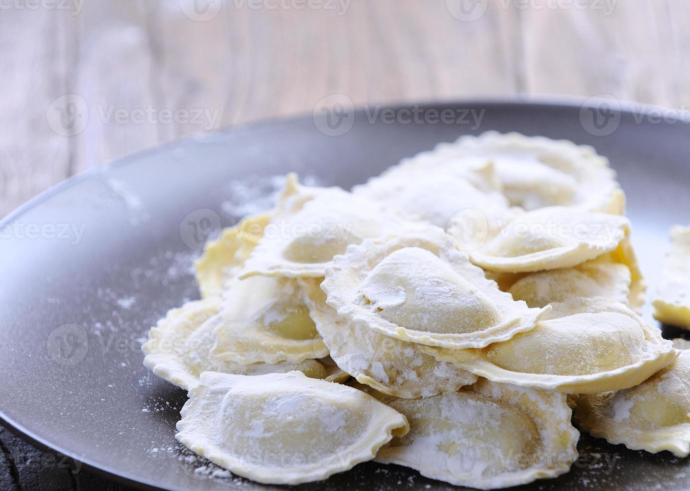 förbereda färsk ravioli. foto