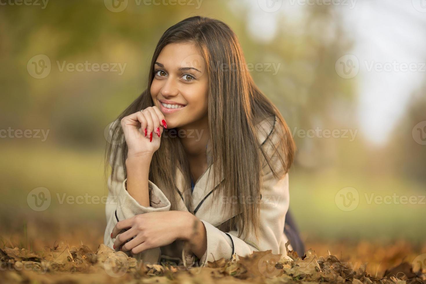 flicka på hösten foto