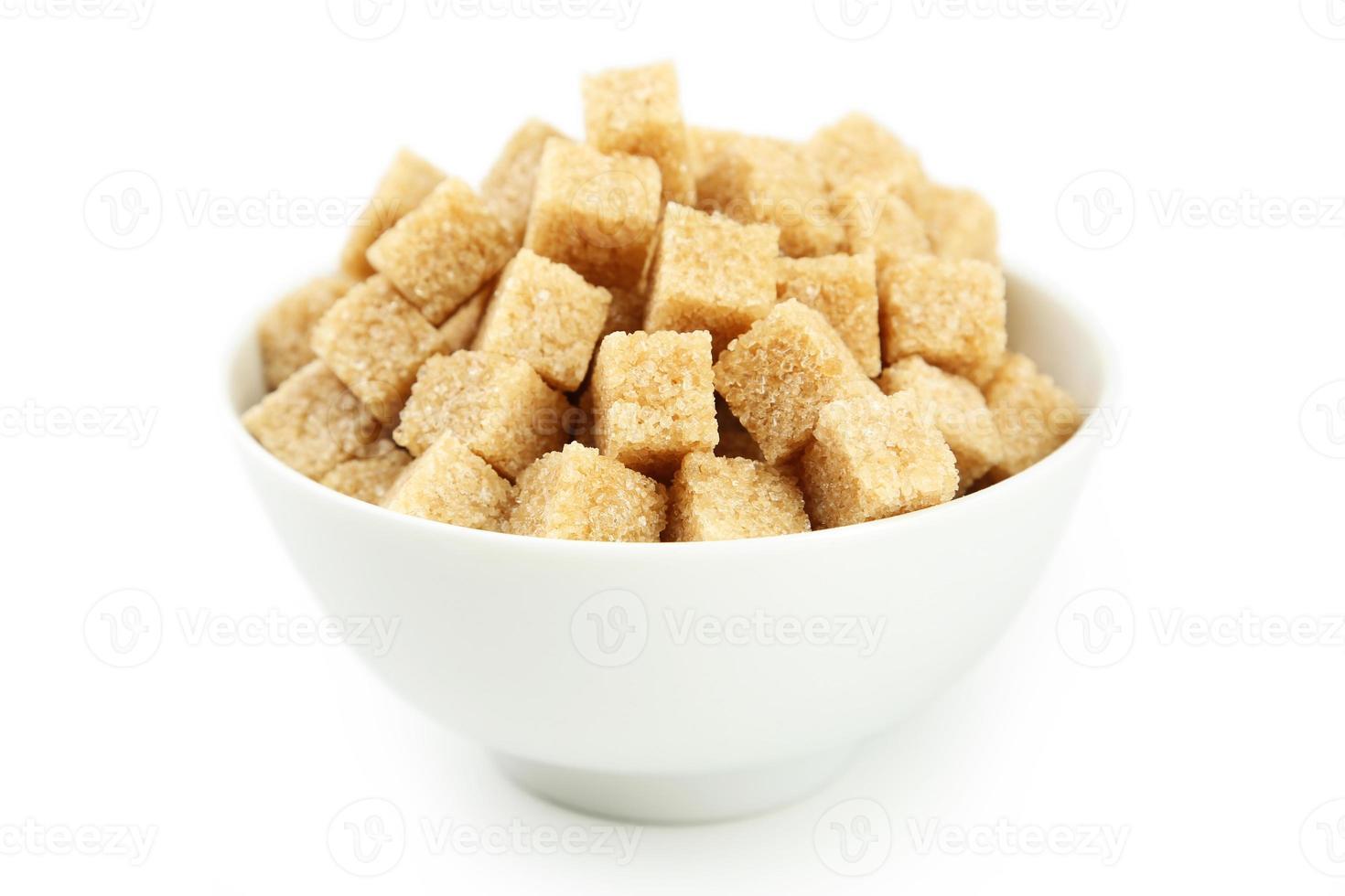brunt socker i skål isolerad på vitt foto