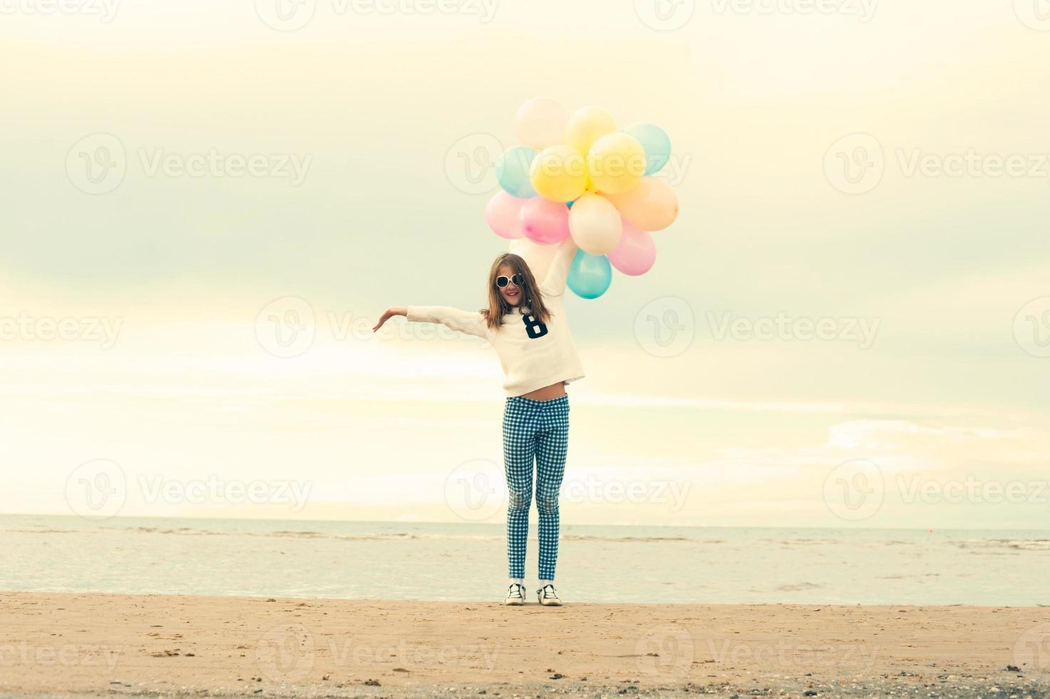 sommaren är över. glad tjej med färgade ballonger. foto