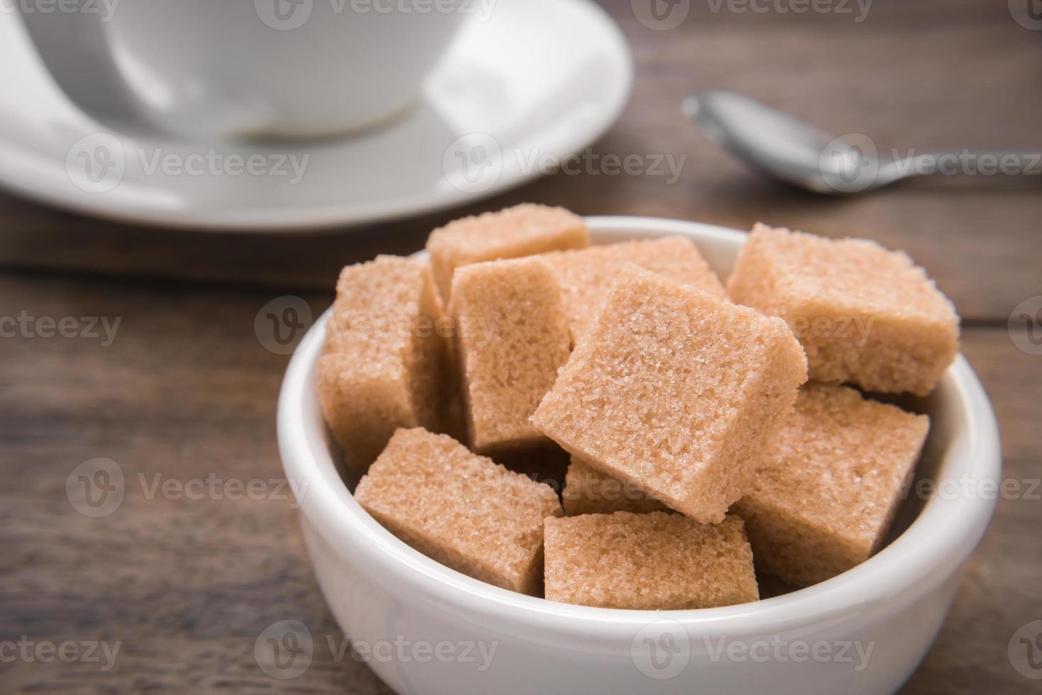 brunt sockerbitar i skål och kaffekopp foto