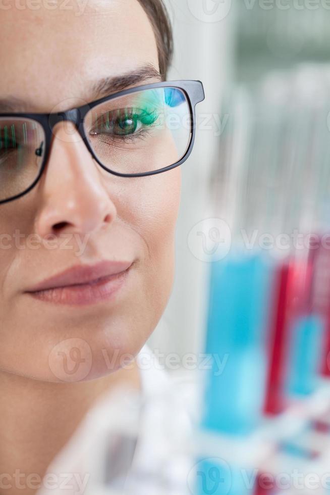 kvinna gör experiment med provrör foto