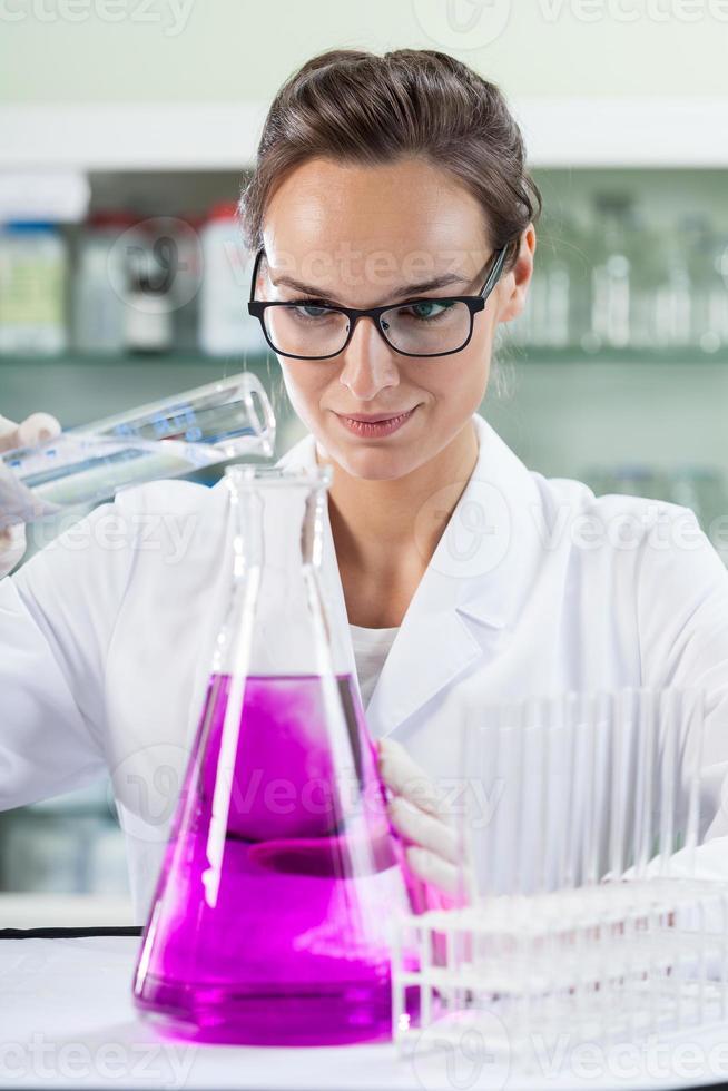 ung kvinna i laboratorium foto