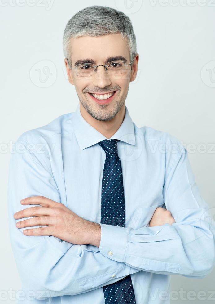 glad företagande man med armarna ihop foto