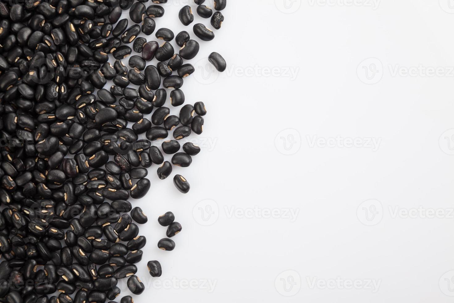 svarta bönor med vit kopia utrymme foto