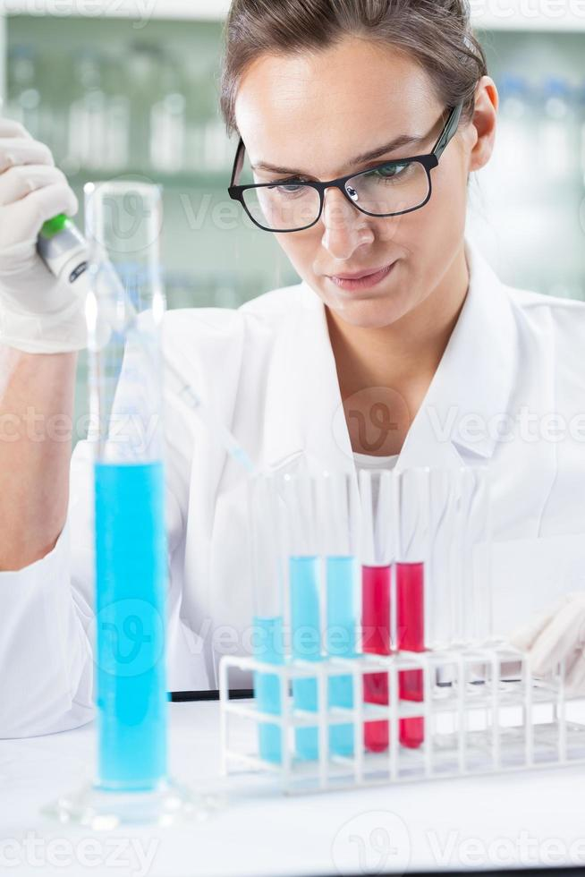 kemist gör experiment foto