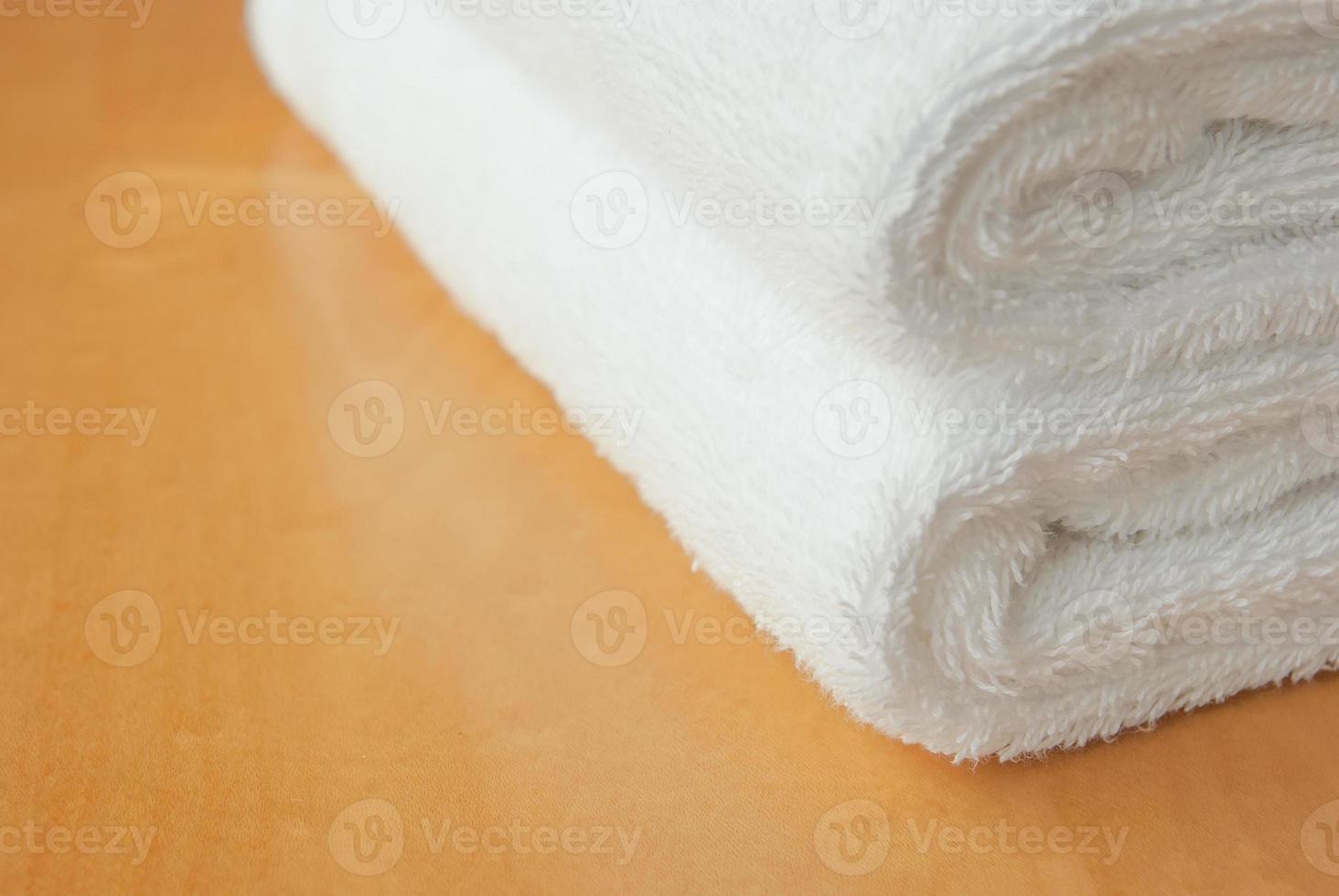 vit handduk på träpanelen med kopieringsutrymme foto