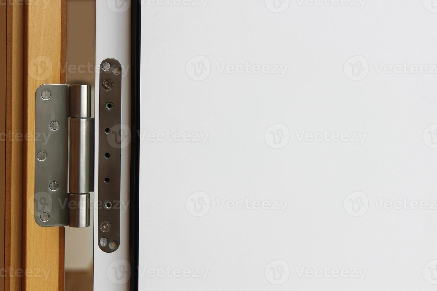 dörrgångjärn och fragment av dörrblad som kopieringsutrymme foto