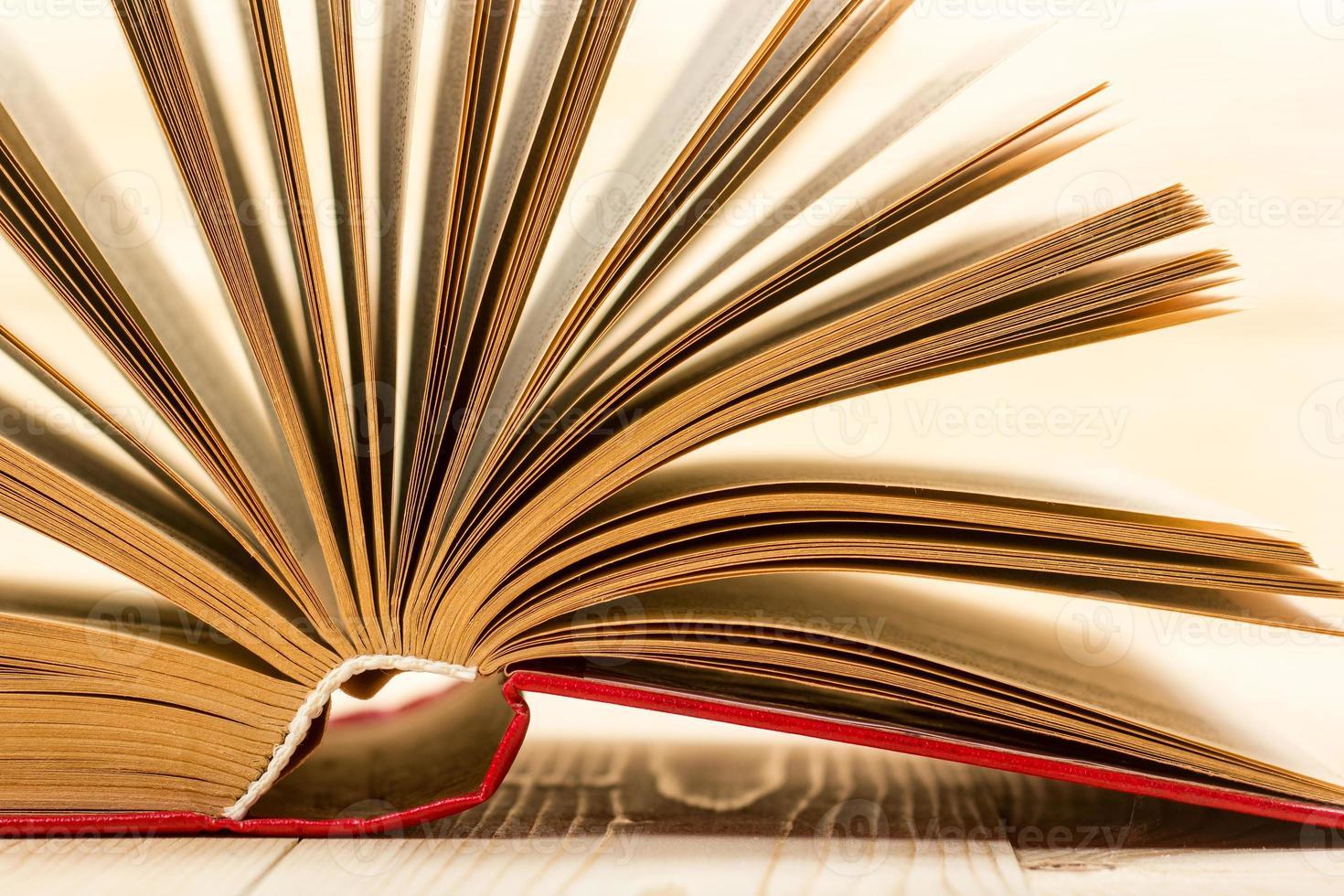 öppen bok på träbord. tillbaka till skolan. kopiera utrymme foto