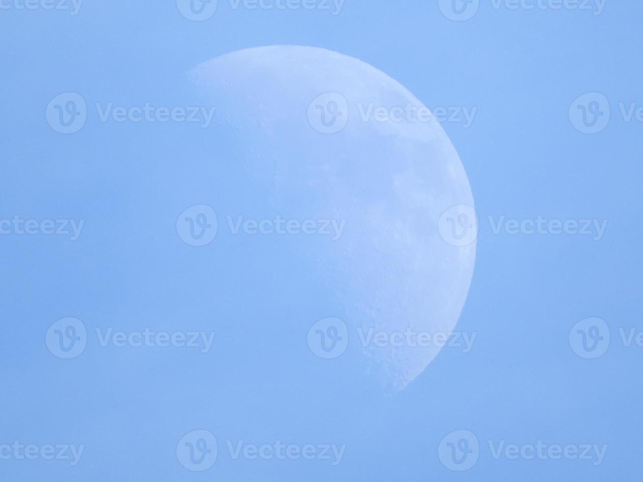 halvmåne i blå himmel under dagen foto