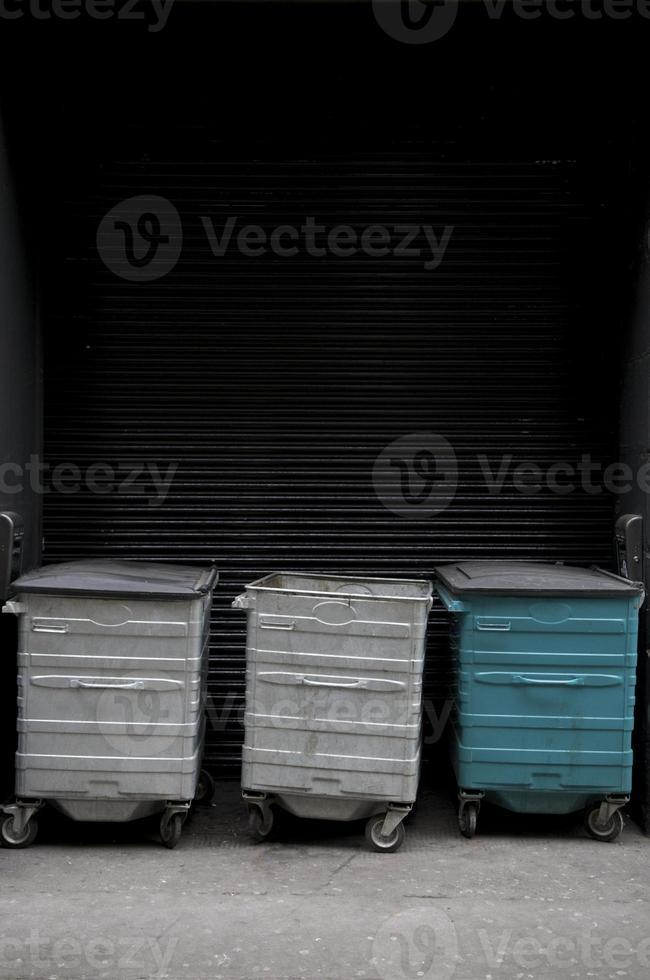 tre papperskorgar med kopieringsutrymme foto
