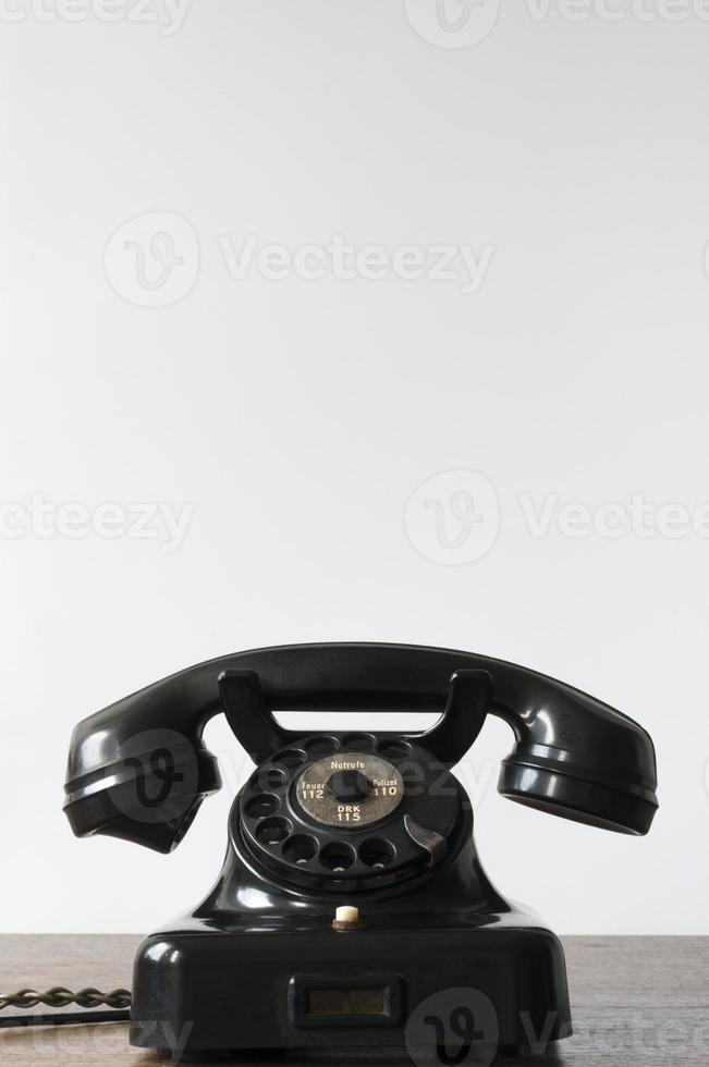 gammal telefon med vit bakgrund för kopieringsutrymme foto