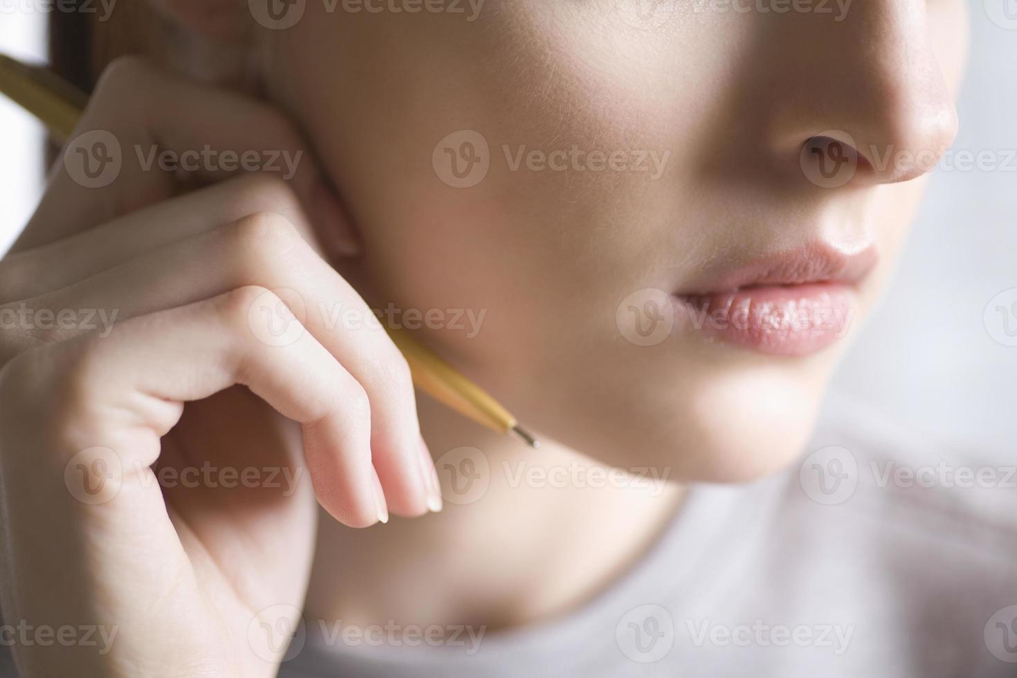 ung kvinna med penna foto