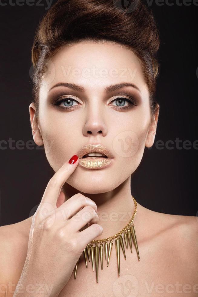 vacker flicka med perfekt hud- och kvällsmakeup. foto