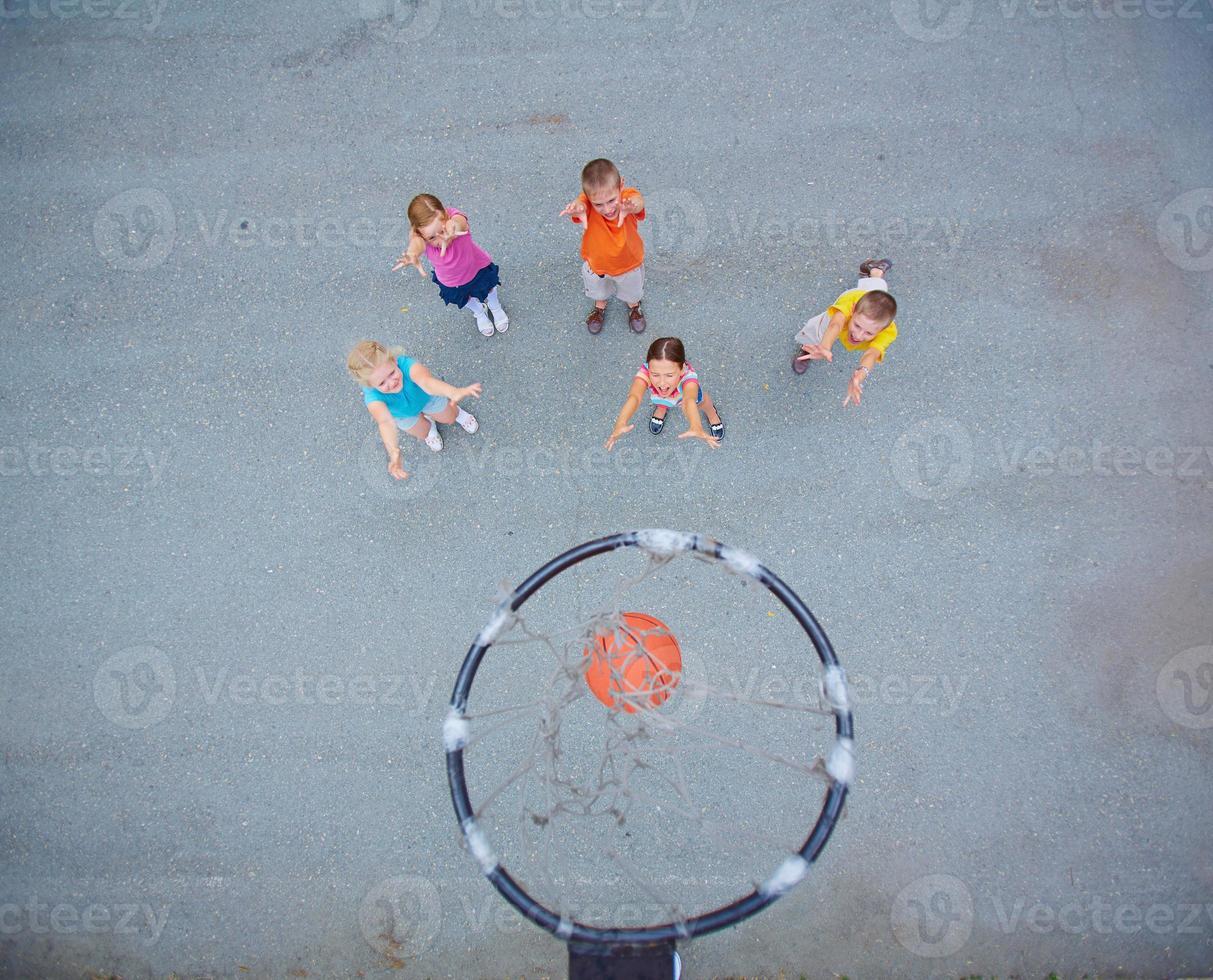 små basketspelare foto
