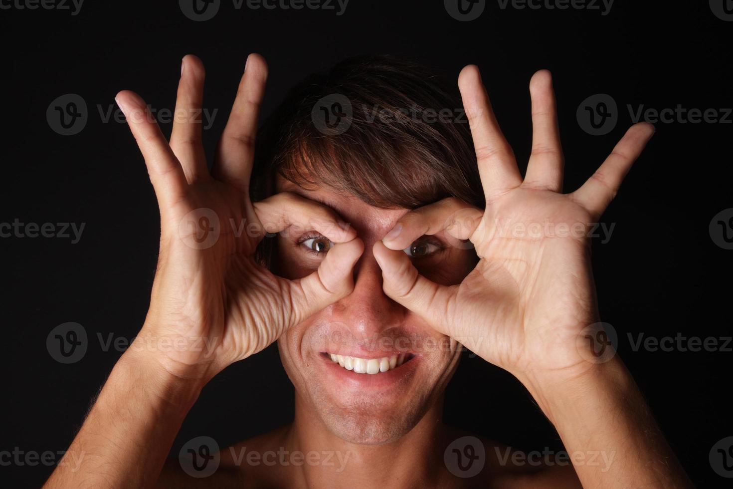 ung leende man med roliga glasögon foto