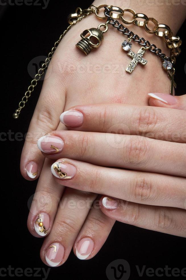 målade naglar och händer isolerad på svart bakgrund foto
