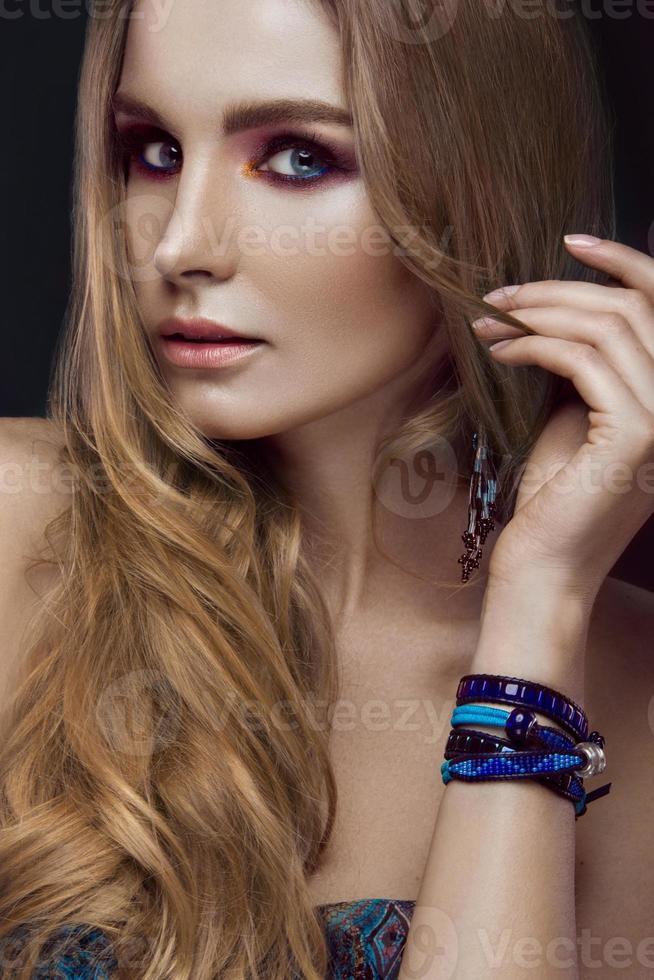 vacker mode flicka med armband boho stil. skönhet ansikte, ljus foto