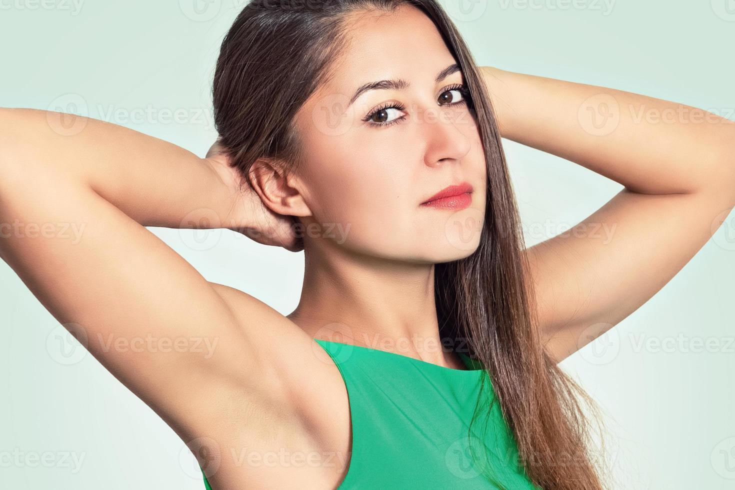 porträtt av en vacker ung kvinna foto