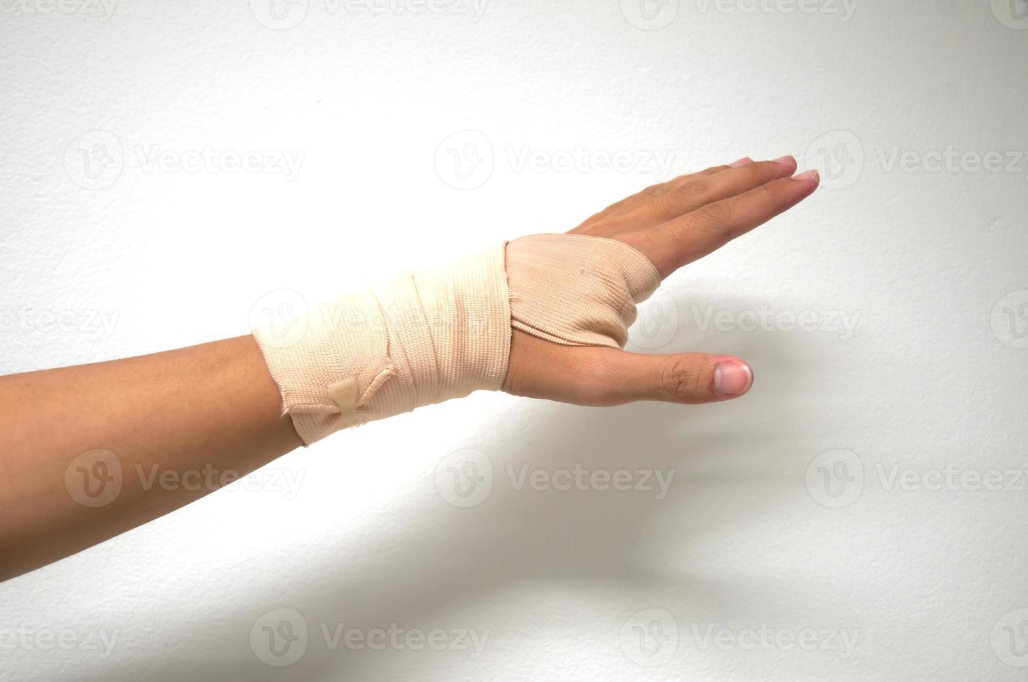 vit medicin bandage på skada hand foto