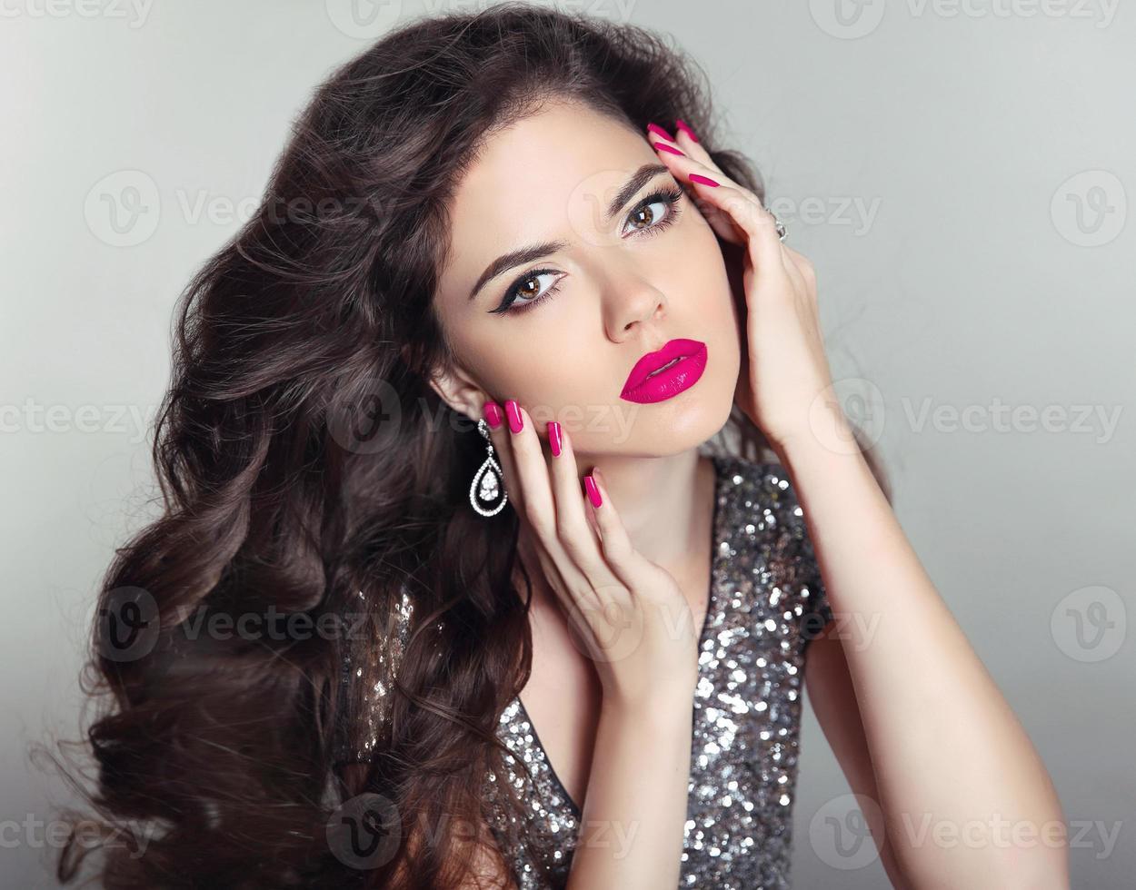 smink. vacker tjej porträtt. långt hår. brunett mode foto