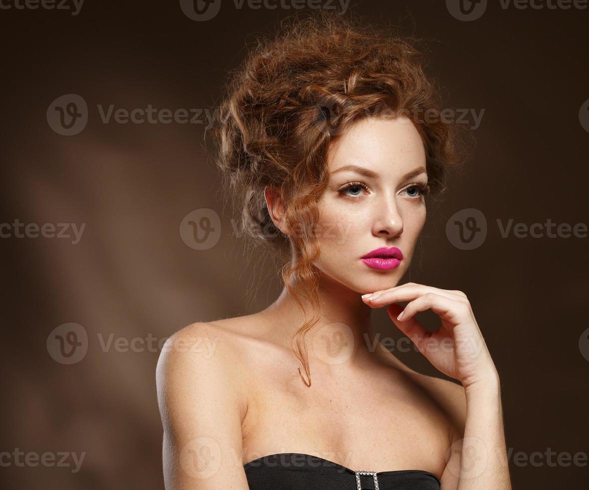 skönhet mode modell flicka med lockigt rött hår, långa ögonfransar. foto