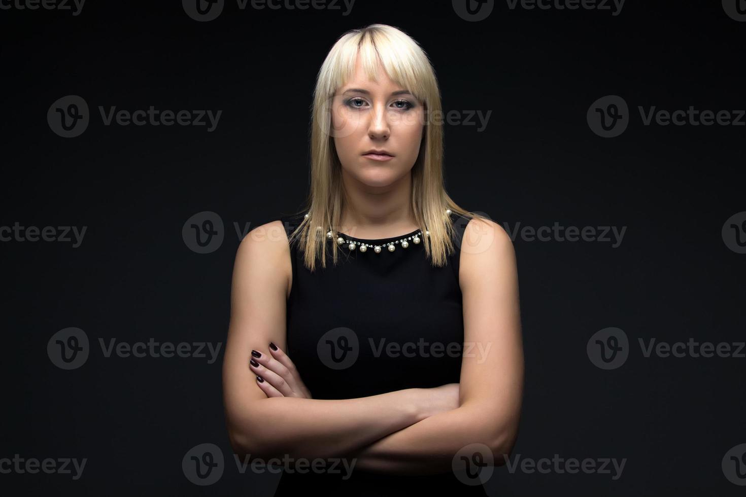 foto av ung kvinna med armarna korsade