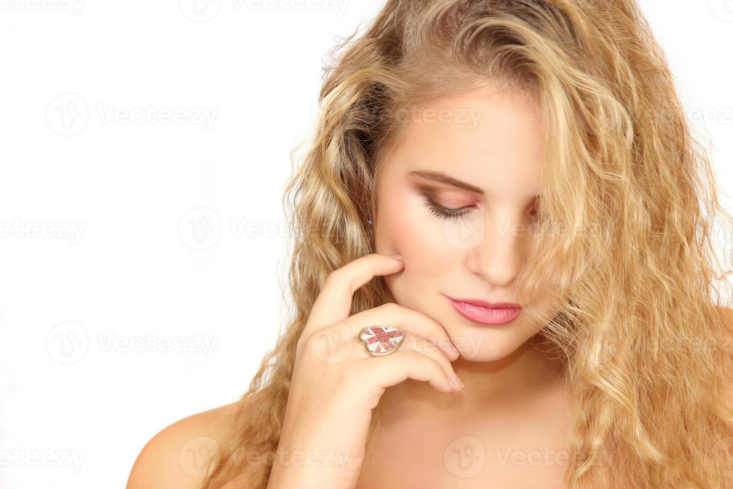 horisontellt porträtt av flickan på en vit bakgrund foto