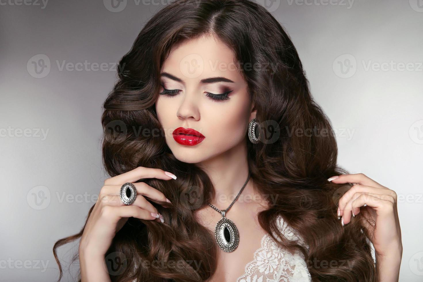 hår. vacker modell med elegant vågig lång frisyr. skönhet foto