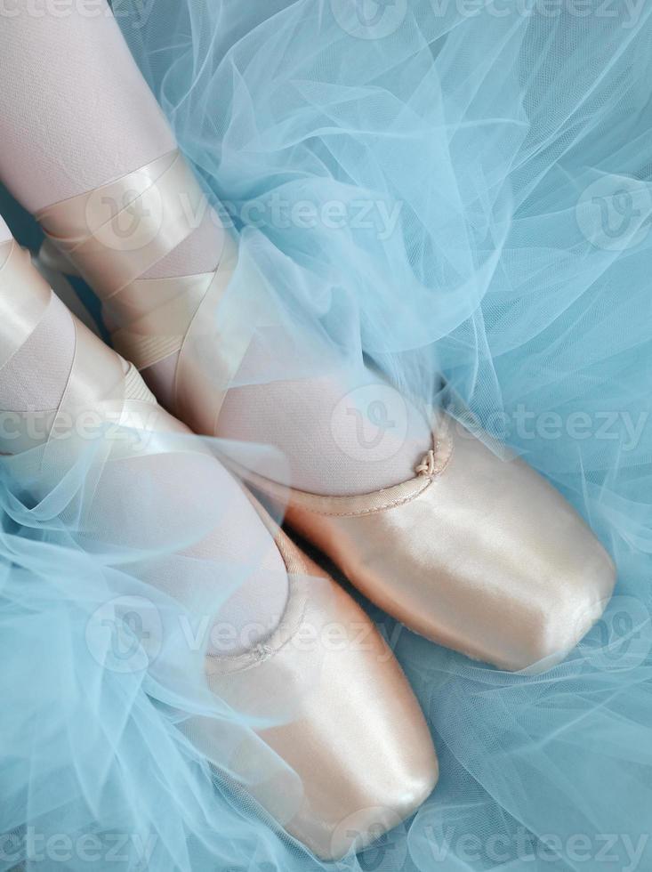 fötter i balett tofflor med tutu bakgrund foto