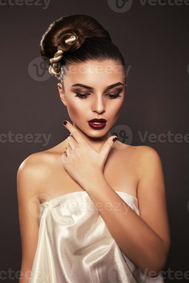 vacker flicka med mörkt hår foto