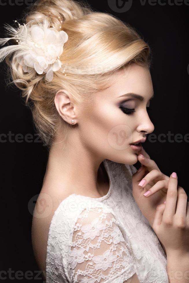 vacker kvinna i bilden av bruden med blommor foto