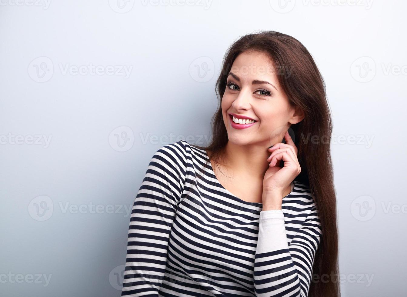 glad leende ung casual kvinna med långt hår tittar foto