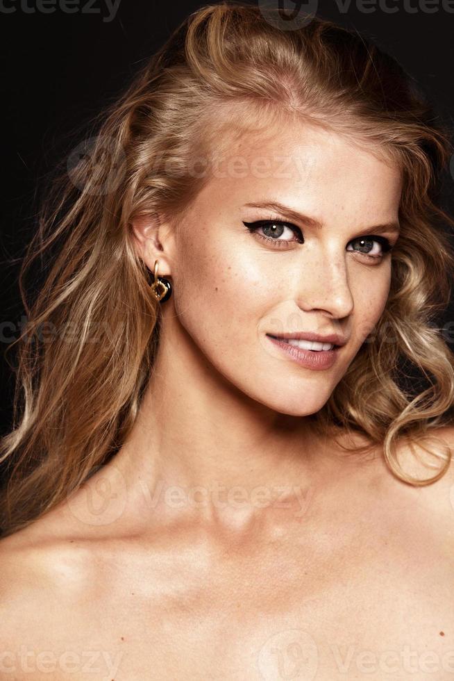 vacker modell med lockigt blont hår foto