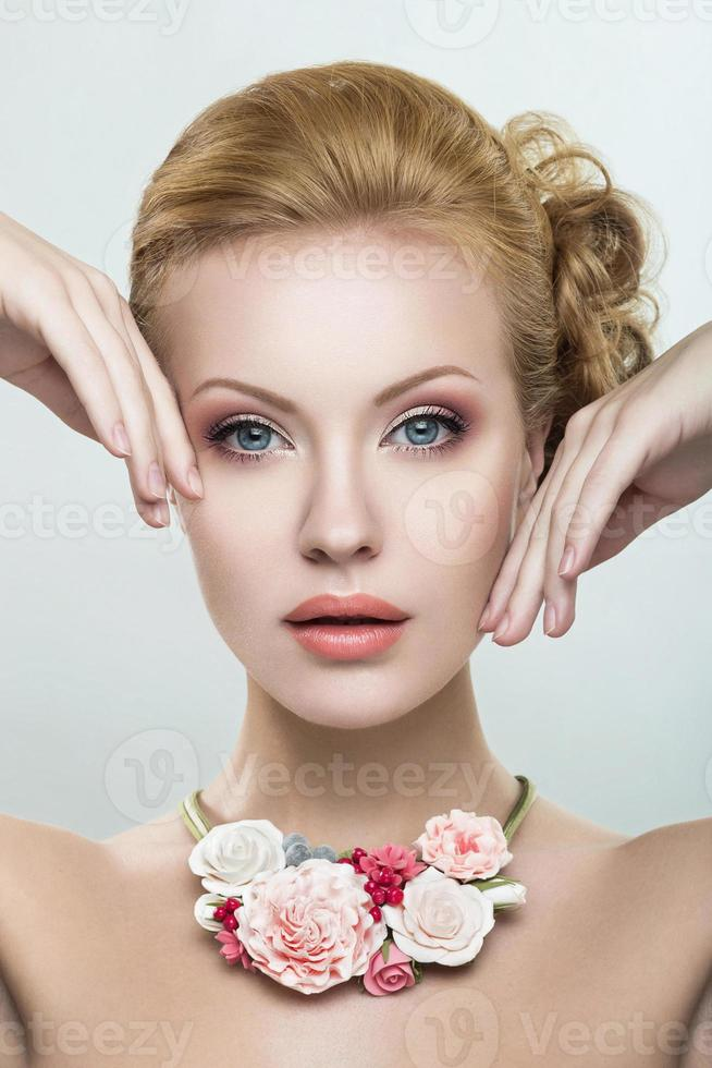 vacker kvinna med ett halsband av blommor foto