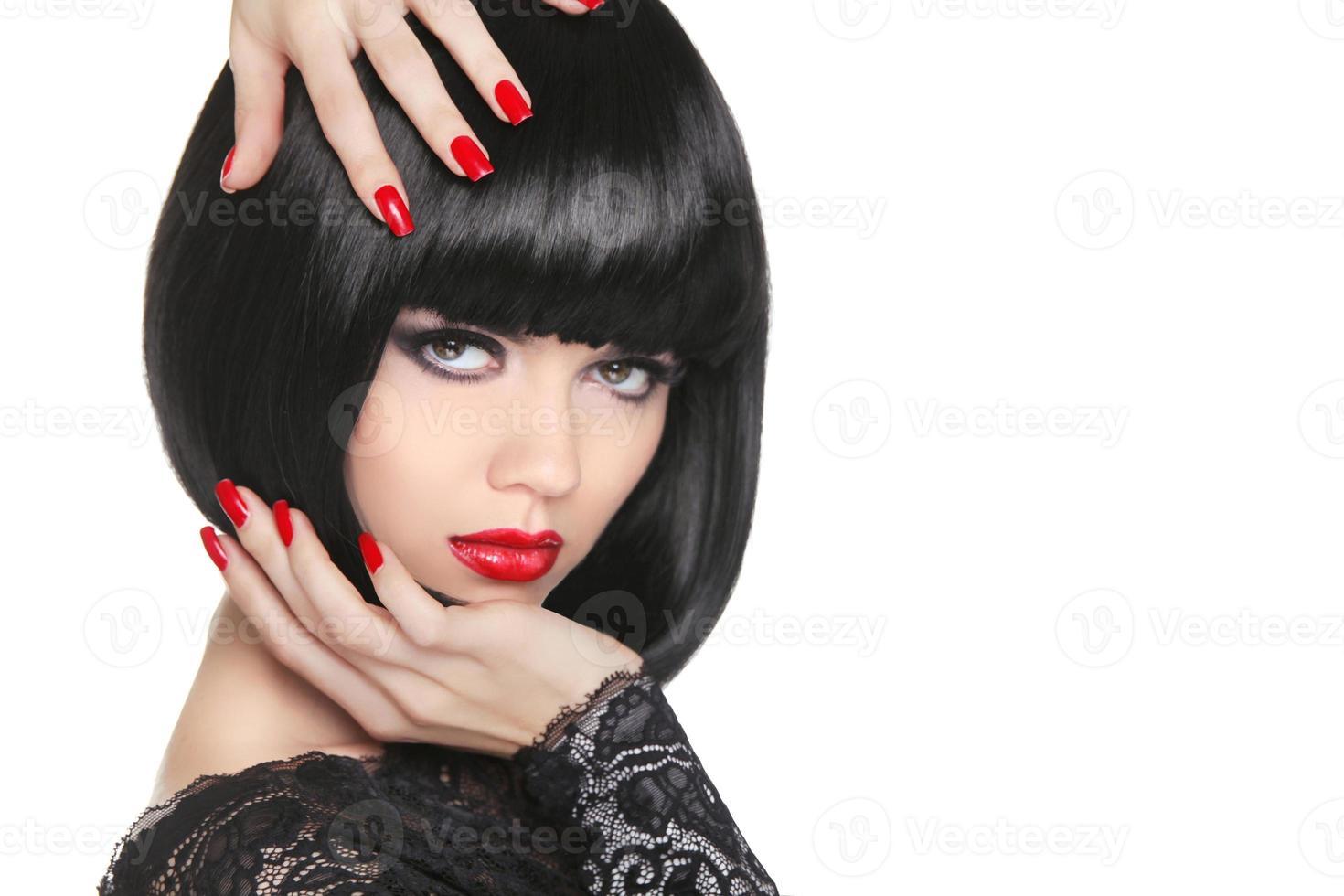 manikurerade naglar. skönhet flicka porträtt. röda läppar. tillbaka kort bob foto